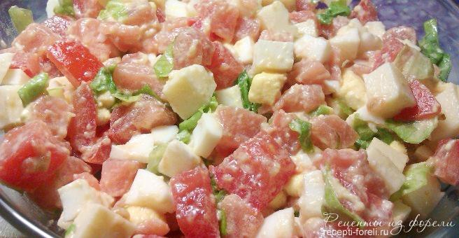 Салат с форелью и помидорами