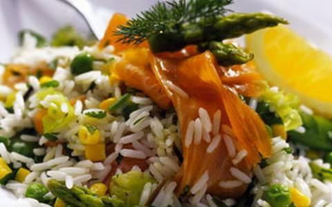 Салат с копчёной форелью и рисом рецепт