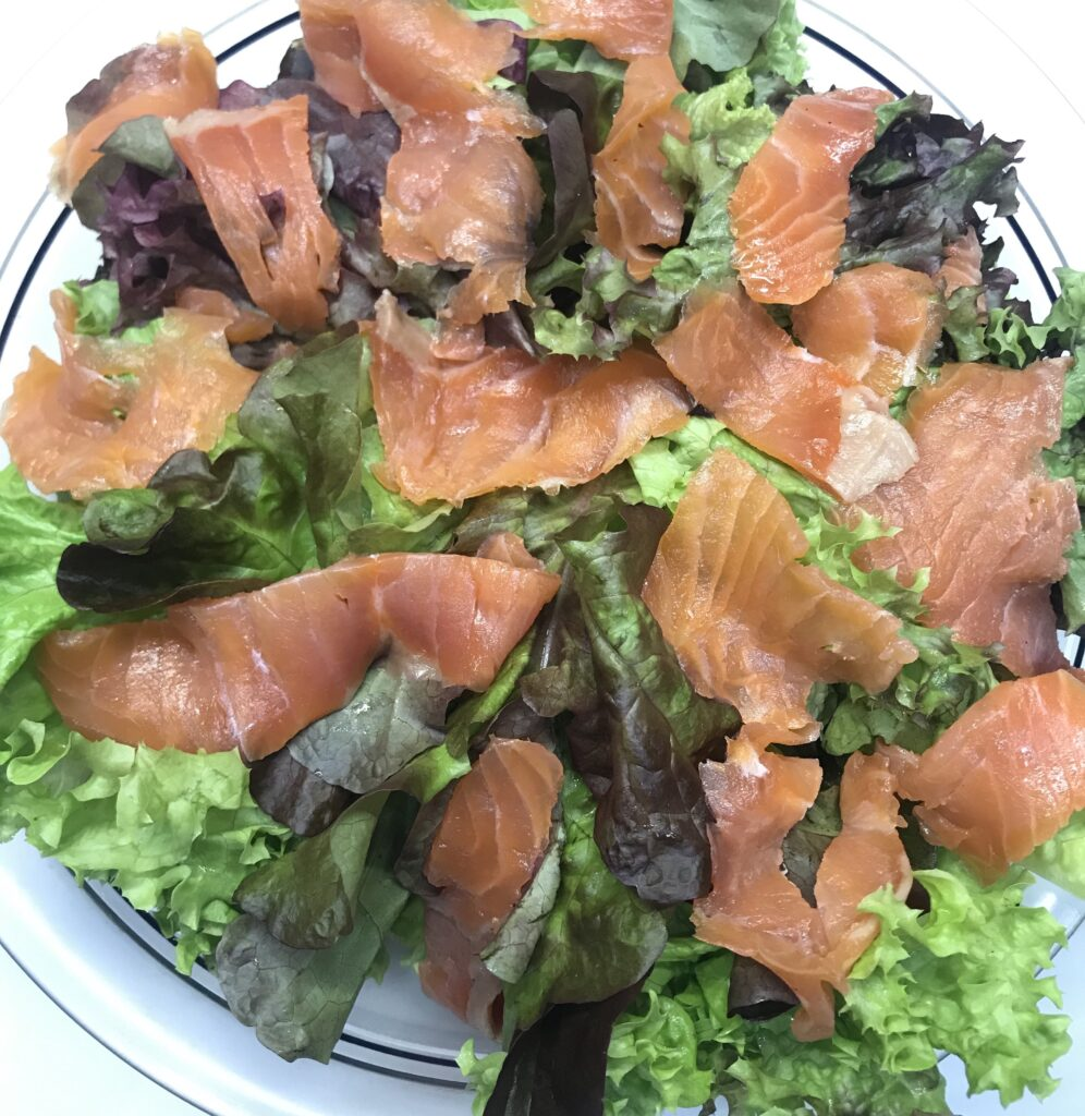салат из форели с брусникой или клюквой